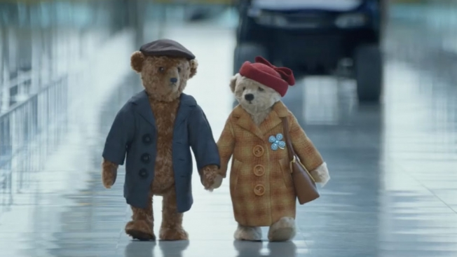 Dos ositos en el aeropuerto protagonizan el comercial más emotivo de la temporada