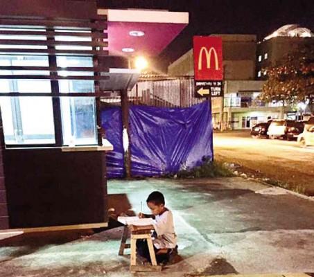 McDonald´s cuenta la historia del niño que estudiaba bajo la luz de una de sus restaurantes en nuevo comercial.