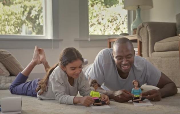 Barbie para el Super Bowl muestra a los padres que juegan con sus hijas