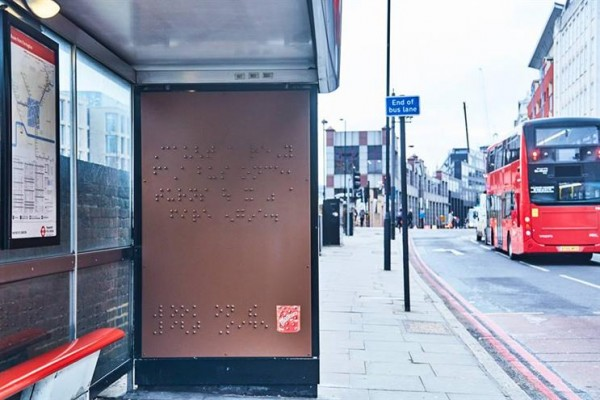 Billboards en Braille en paradas de autobús en Londres